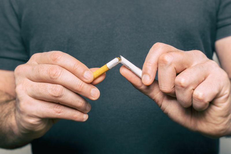 Implanty zębowe – czy palenie papierosów ma wpływ na trwałość implantu stomatologicznego?